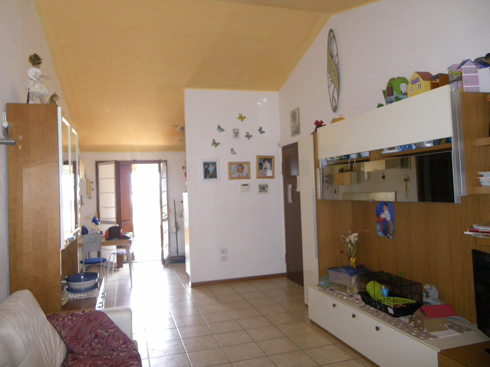 Appartamento mansardato con ampio garage for Garage in metallo con appartamento