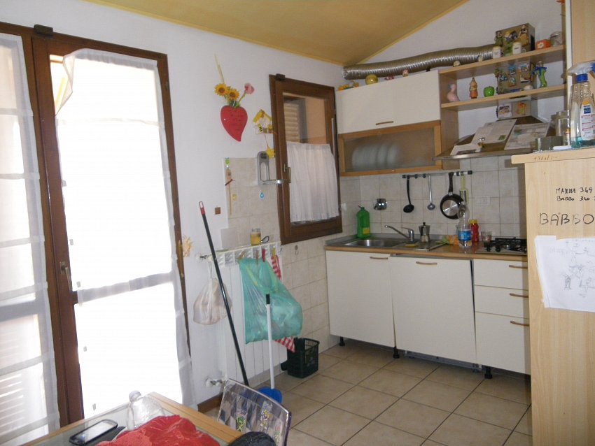 Appartamento mansardato con ampio garage for Log garage con appartamento